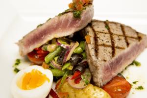 the-boatman-british-pub-tuna-nicoise